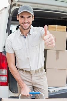 彼のバンに箱を積み込む配送ドライバ