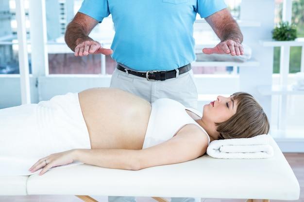 セラピストは妊婦よりもレイキを演じる