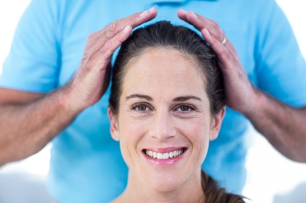レイキの治療を受けている笑顔の女性の肖像