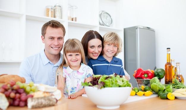 夕食を一緒に準備する笑顔の両親とその子供たち