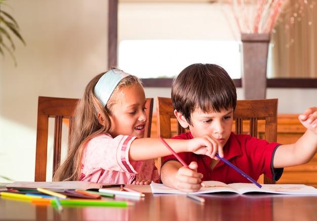一緒に宿題をする子供たち