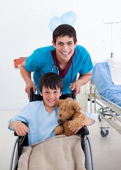 車椅子と医者に座っている少年の肖像