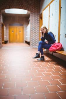 頭に手を置いている心配している学生