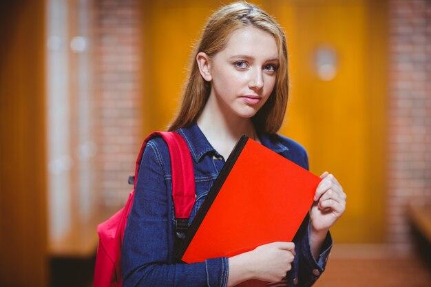 カメラを見て落ち着かない学生