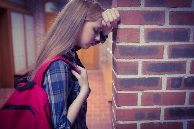 壁に傾いている学生の心配