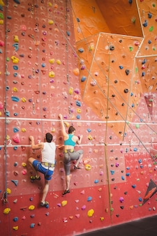 Пара взбирается на каменную стену