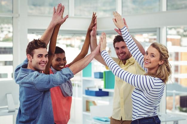 Счастливая творческая команда, дающая высокие пятерки друг другу