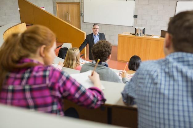 Учитель со студентами в лекционном зале