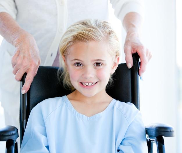 車椅子に座っている愛らしい少女