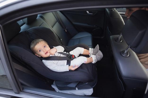 Симпатичный ребенок на автокресле