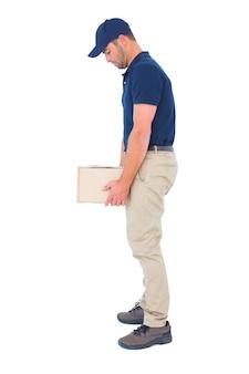 Доставка человек, перевозящих тяжелый пакет на белом фоне