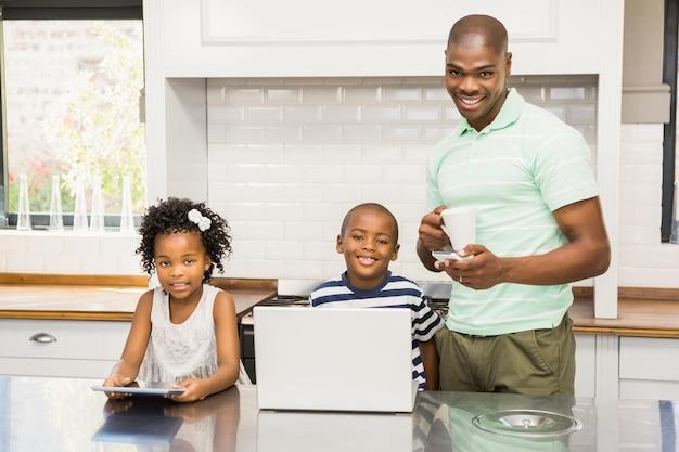 父とキッチンの子供たち