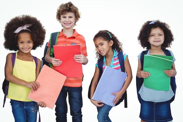 Ряд детей, стоящих вместе со школьными мешками