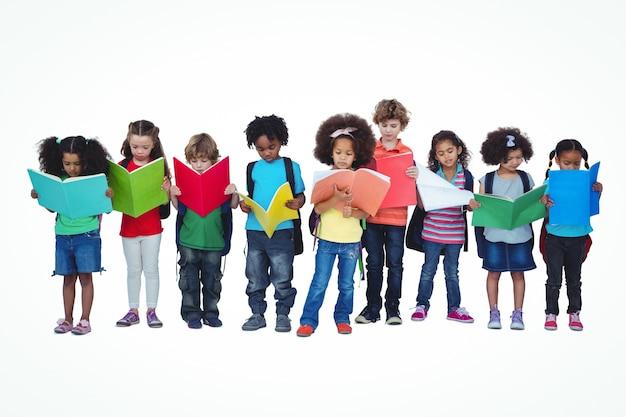 Ряд детей, стоящих вместе чтение книг