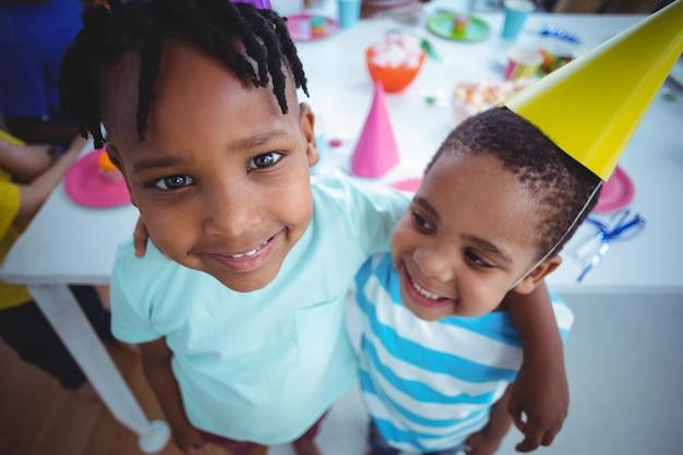 Возбужденные дети наслаждаются днем рождения