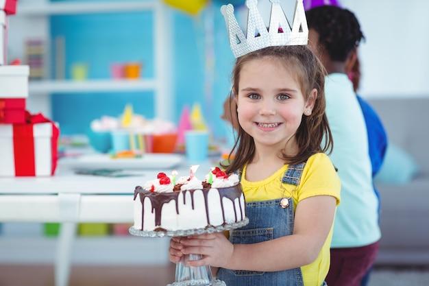 Улыбающиеся дети на вечеринке по случаю дня рождения