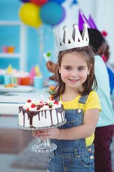 Улыбающаяся девушка с тортом на день рождения