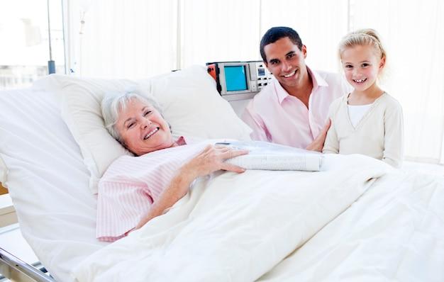 彼女の祖母を訪問している父親と笑顔の少女