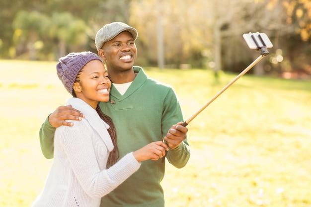 セルフを取る若い笑いのカップル
