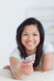 Улыбка женщины с кредитной карты