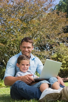 魅力的な父と息子、公園で笑顔