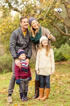 セルフを取る笑顔若い家族