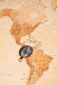 世界地図、南アメリカを示すコンパス