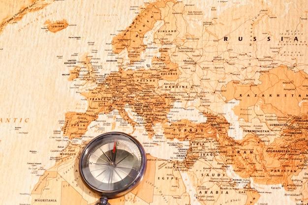 ユーラシアを示すコンパス付き世界地図