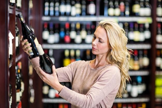 ワインのボトルを持っている女性