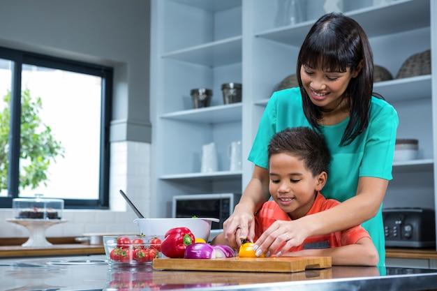 彼女の息子と笑顔の母親の料理