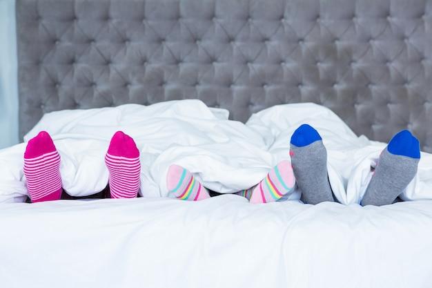 毛布から出てくる家族の足