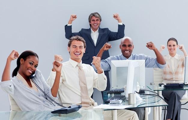 勝利を収めたビジネスチーム
