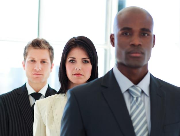 Серьезные бизнесмен в центре внимания с ее командой в строке