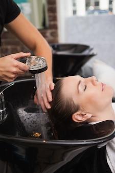 顧客は自分の髪を洗っている