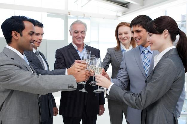 シャンパンを焼く陽気なビジネスチーム