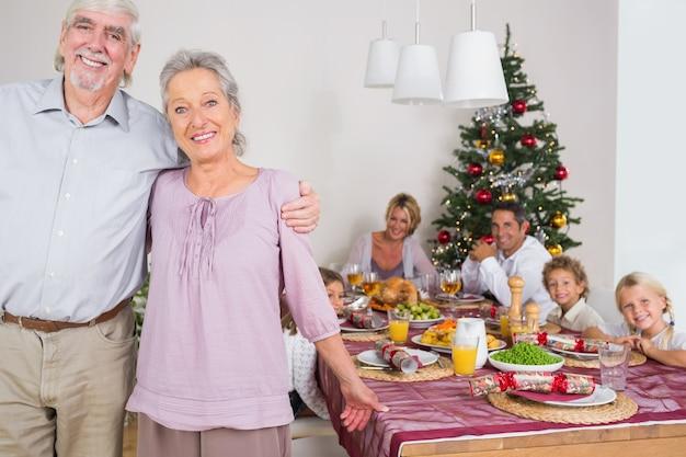 夕食のテーブルに立っているおじいちゃん