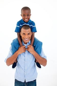 息子のピギーバックライドを与える父親のクローズアップ
