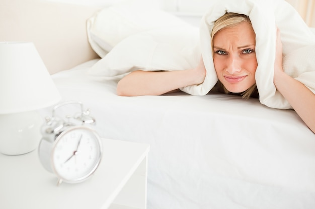 不眠の若い女性が目を覚ます