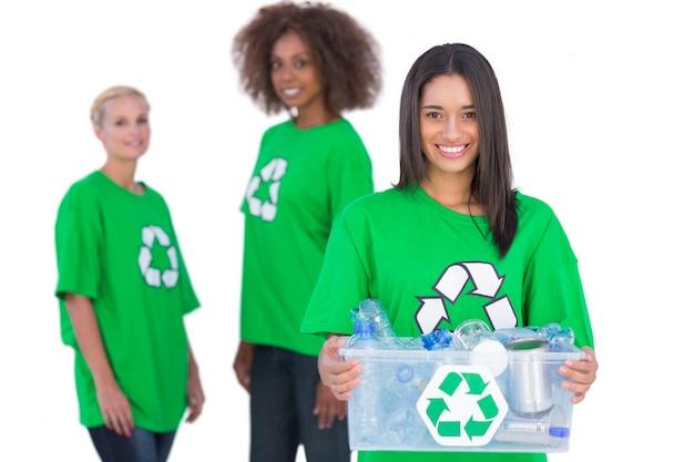リサイクルボックスを持っている女性活動家