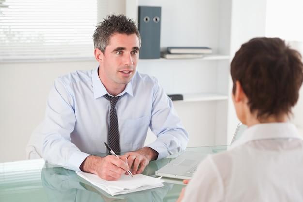候補者にインタビューするマネージャー