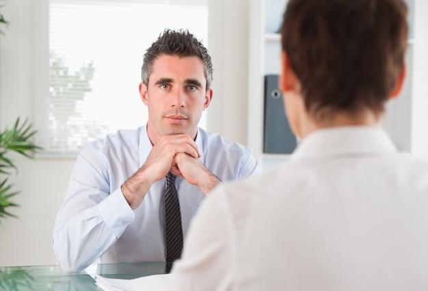 ハンサムなマネージャーが応募者にインタビュー