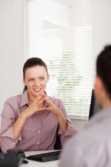ビジネスマン、男性と話し合う