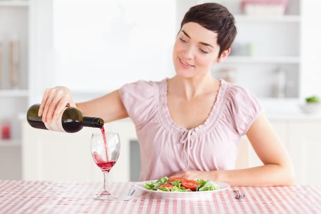 女性、ガラス、注ぐ、ワイン