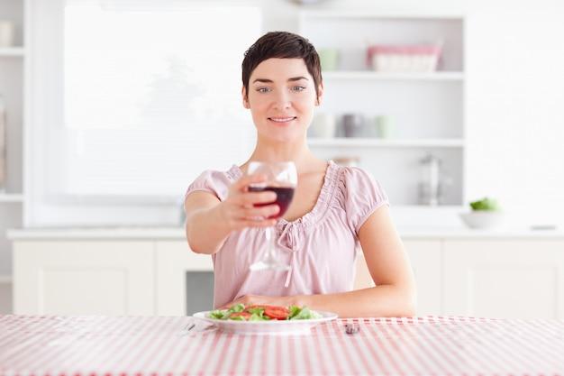 ワインを焼く女性