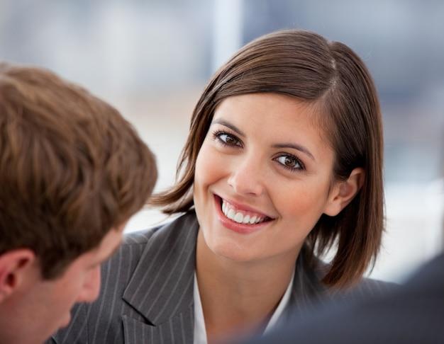 カリスマ的な実業家と彼女の同僚の肖像