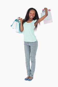 Женщина, растяжение после покупки на белом фоне