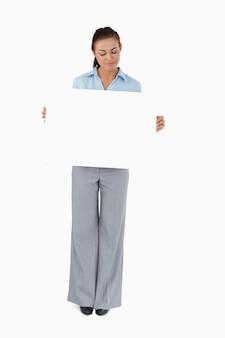 Бизнесмен, глядя на знак, который она представляет
