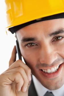 電話で顧客に聞いて笑って建築家の近所