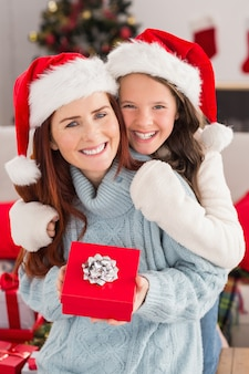 お祭りのお母さんと娘がソファに贈り物