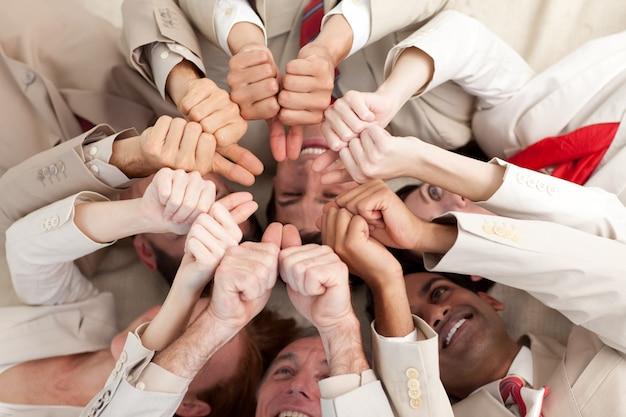 成功したビジネスチーム、親指で上に横たわる